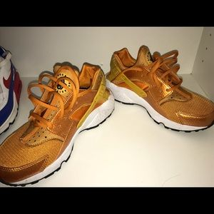 Woman's size 8 Huaraches Gold NEW